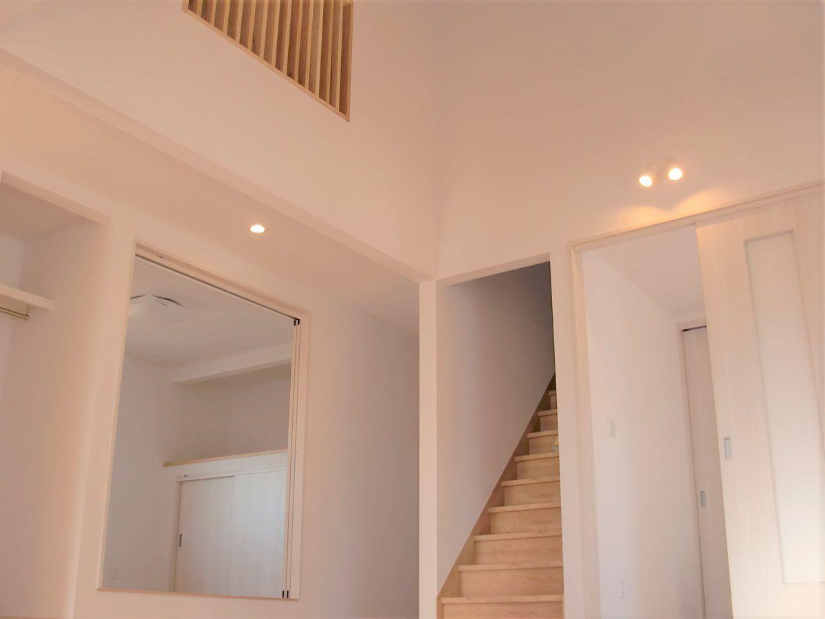 勾配天井を利用したリビングで、約4メートルの天井高。広々リビングで開放感バッチリ。