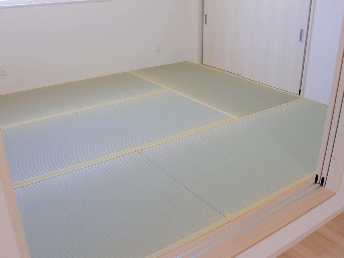小上がり和室を寝室として使っても段差のおかげでリビングの埃も上がってきません。リビングとつながっているので、腰掛スペースとしても活用。