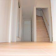 耐震性も考えて、直線に長い廊下兼リビング空間を取り入れています。