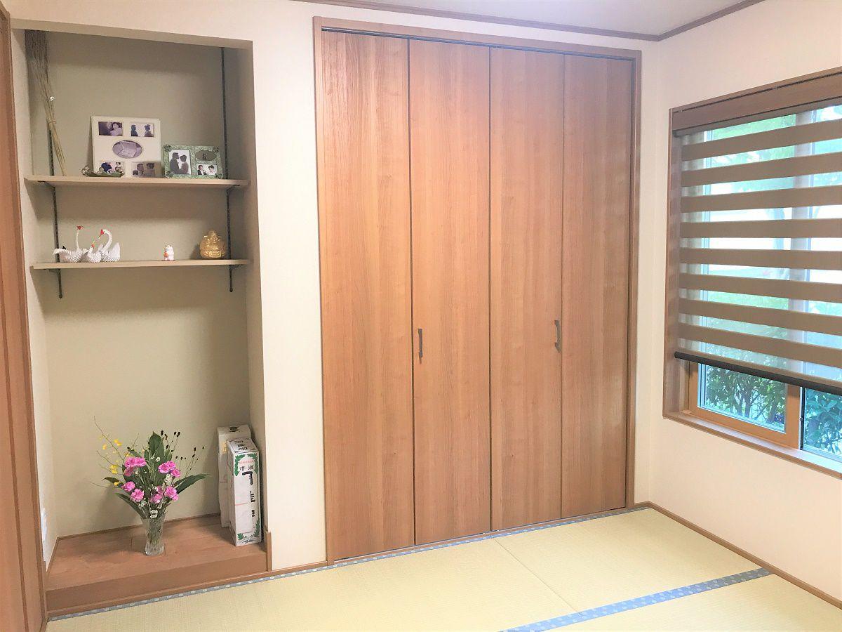 床の間を設けて、季節ごとに花を活けています。また、可動式の棚も設けて写真を飾れるようにしました。