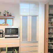 食器棚とは別にパントリーを設けました。保存食や、調味料のストックなどすっきり収納ができます。