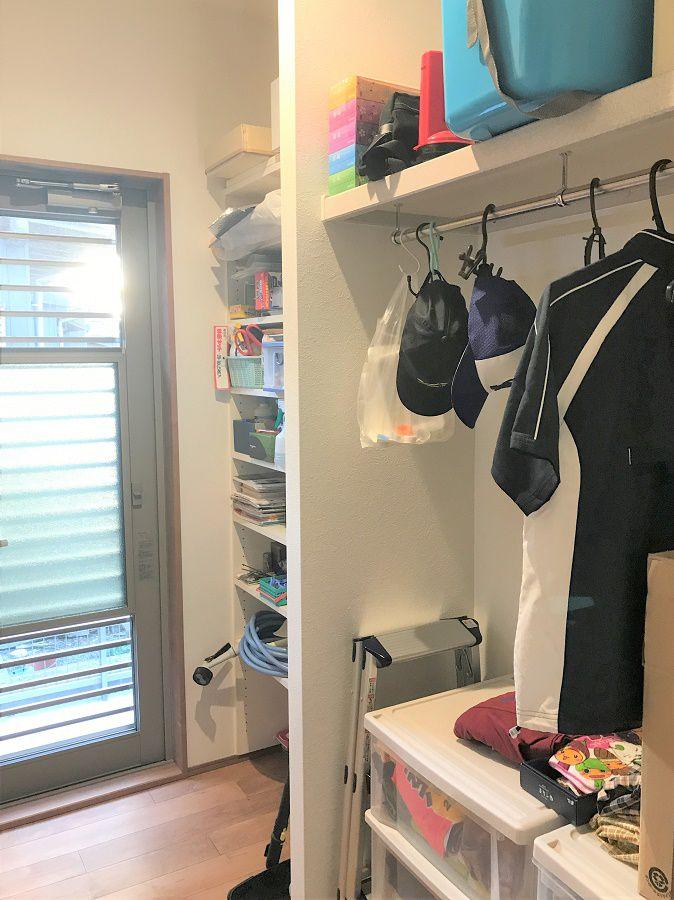 キッチンからも行けて、洗面所からも行けるとっても便利な空間です。納戸としても使えますし、洗濯した洋服も干せるようにつくりました。