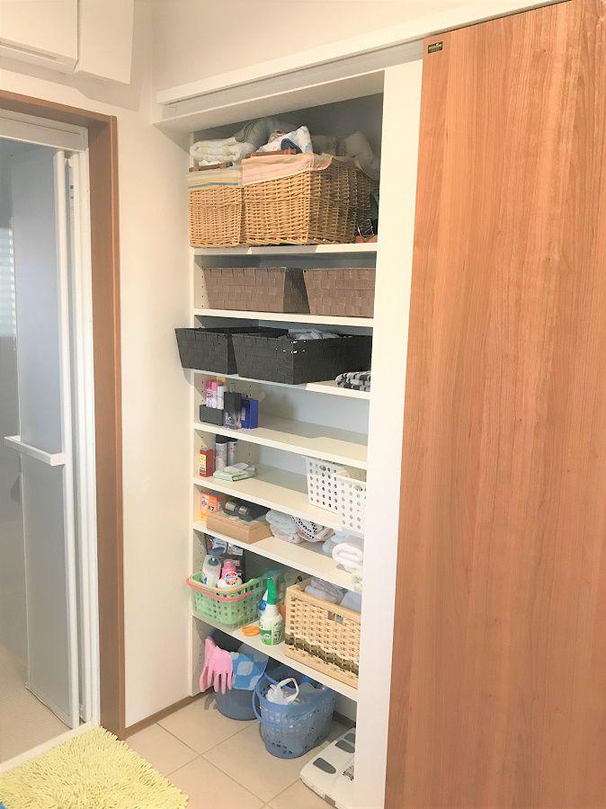 洗面所の扉を閉めると現れる収納。