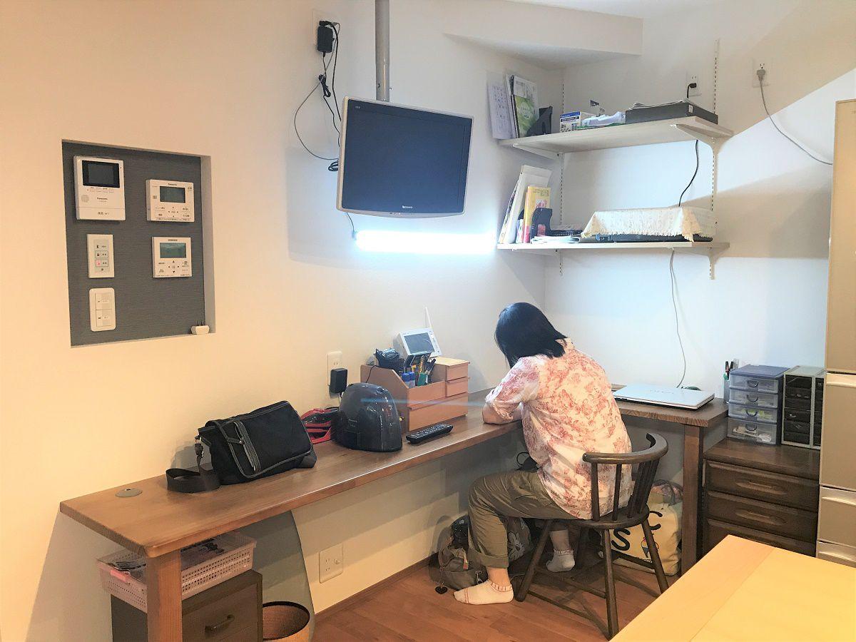 ダイニングスペースに隣接して書斎スペースを作りました。キッチンのすぐそばなので、奥様が家事をしながら家計簿とつけたり、お仕事をしたり、アイロンをかけたり、、、とても便利なスペースです。