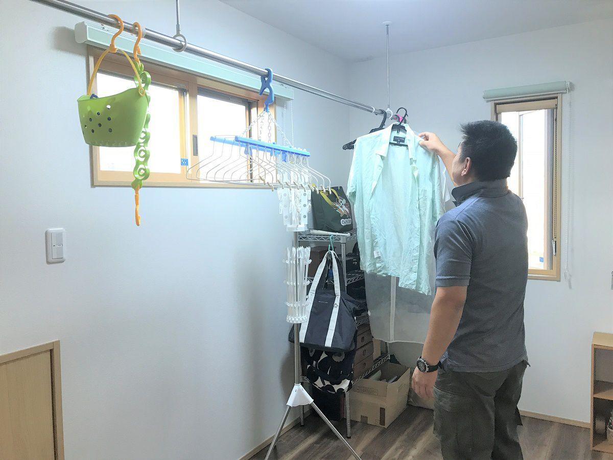 雨の日でもしっかり洗濯物が干せるように物干し部屋をつくりました。物干し部屋の横には、大きなウォークインクロゼットがあるので、収納するのもラクラクです。
