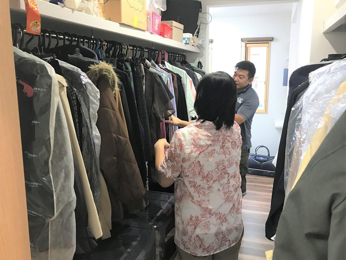 物干し部屋からも寝室からも行き来できる便利な収納スペース。洋服はすべてかけて一目でわかるようにしました。朝の洋服選びも楽しくなります!