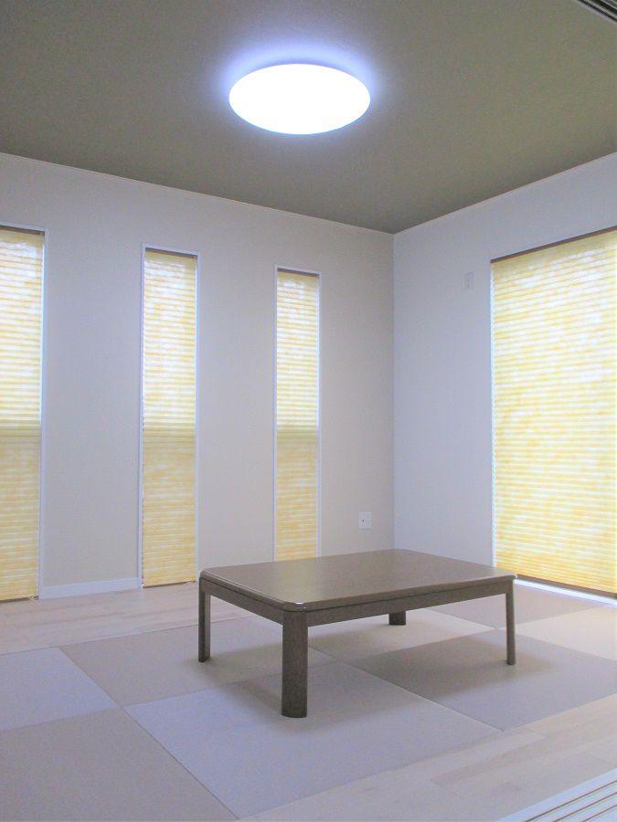 リビングの延長に作られた和室は、ゆっくりとくつろげるスペースでありながらモダンでおしゃれな内装ですね。またカーテンがロールスクリーンなのもワンポイントのアクセントになっています。
