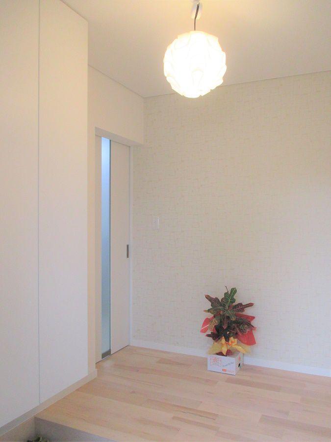 正面の壁にタイルをはり高級感がありながら白を基調にした明るい印象を受けるこだわりの玄関ですね!おしゃれな玄関で友人を招いた際に自慢できちゃういます。