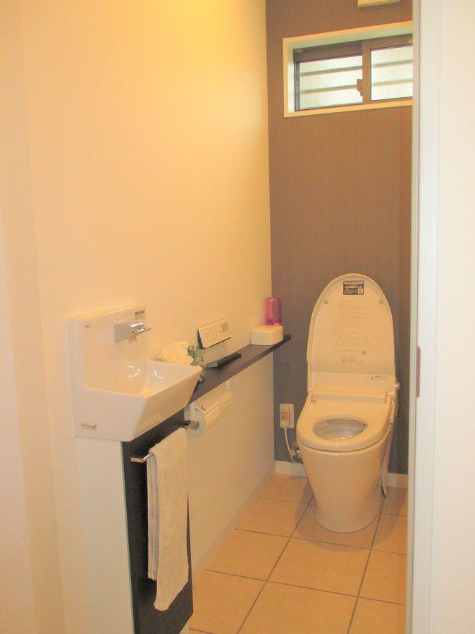 一階のトイレはタイルで仕上げました。トイレにも床暖房が入っているので冬でも暖かいです。色使いもリラックスできる落ち着いた空間に仕上がりました。