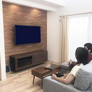 無垢のフロアにTVボード裏にはウッドパネル、さらには造り付けの木のTVボード。自然素材にとことんこだわりました。