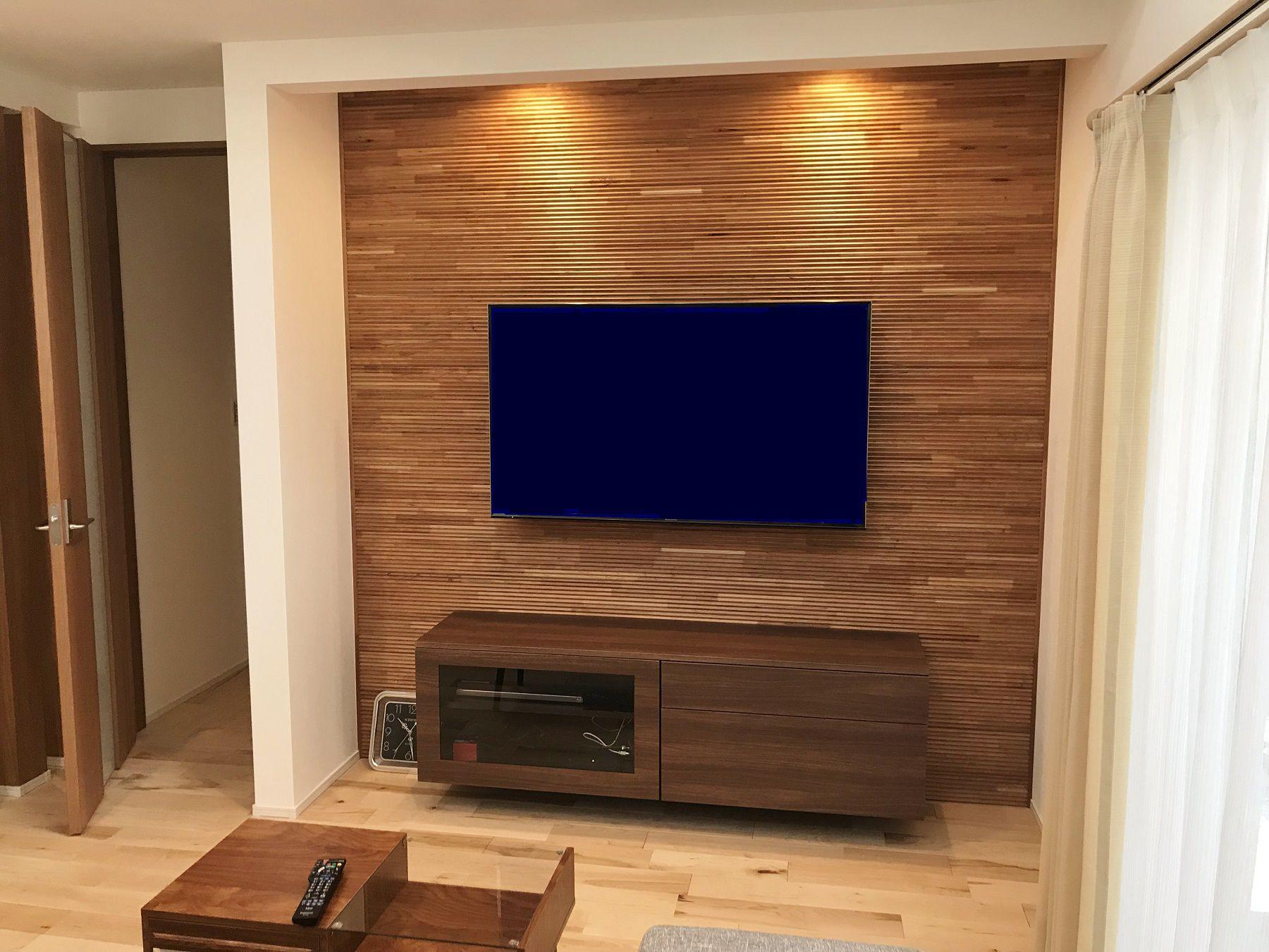 新商品のウッドパネルに、造り付けのTVボードを組み合わせました。全体的に明るめのナチュラルテイストなので、TVボード周辺はトーンを落として、かっこよく仕上げました。来客の際、目を引くこと間違いなし!