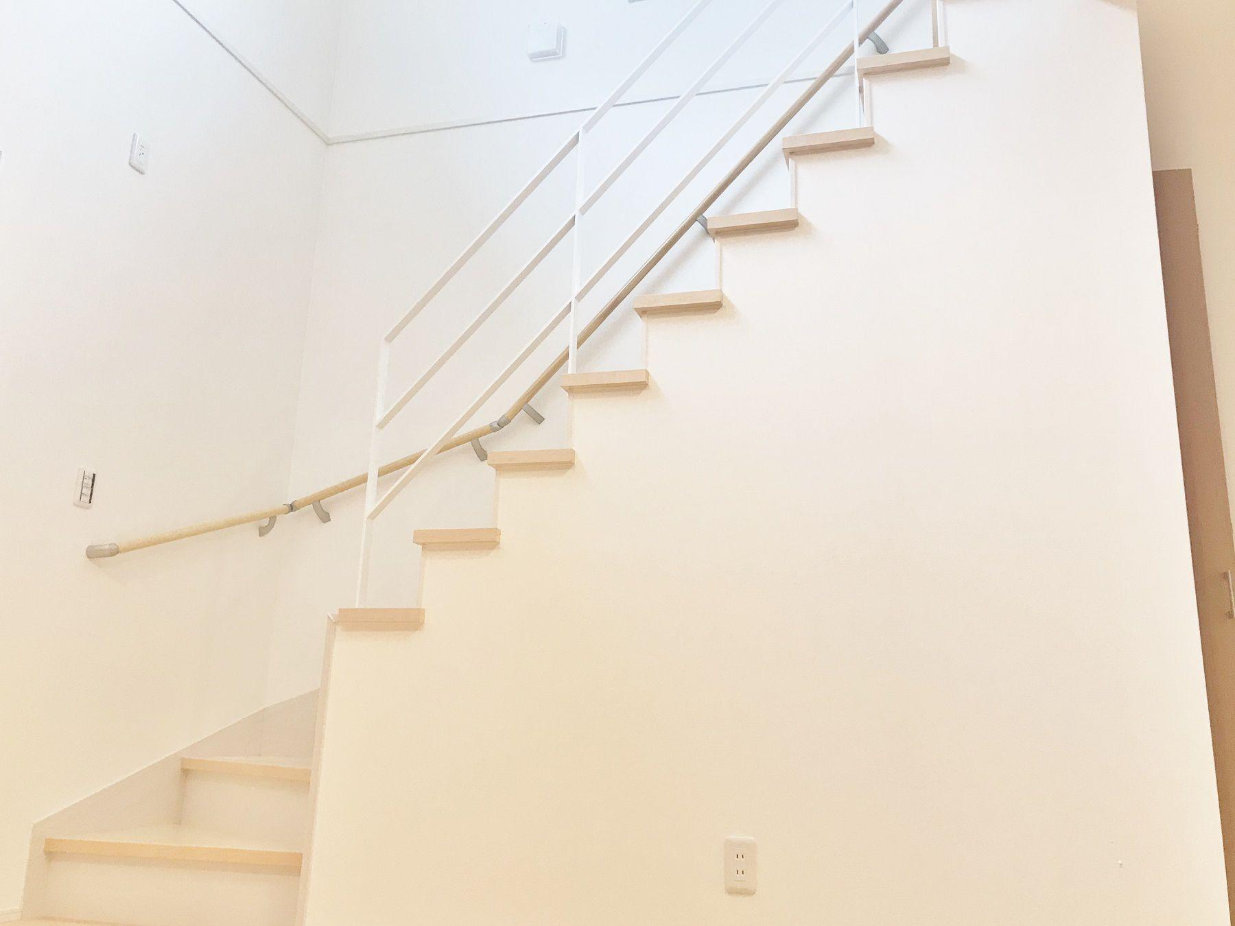 リビング階段でかつ、一体感にこだわりたい!そんなご要望から、アイアン手摺を採用しました。手摺を変えるだけでリビングとの一体感がよりでます。