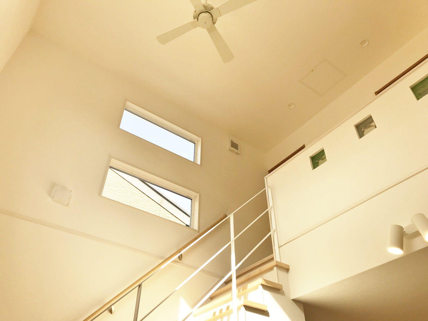 夕方になっても上からの暖かい日の光が差し込みます。冬場は床暖房の暖かさが2階まで伝わり、快適な生活が送れますね。