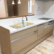 対面キッチンでワンポイントの黄色が映えますね!収納満載で機能性にもこだわりました。
