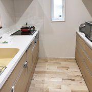 休日にはご主人様もお料理をされるということで、キッチンの作業空間をゆったり取りました。後ろの収納からキッチンの間の空間は約1メートル。お2人で仲良くお料理が作れますね!