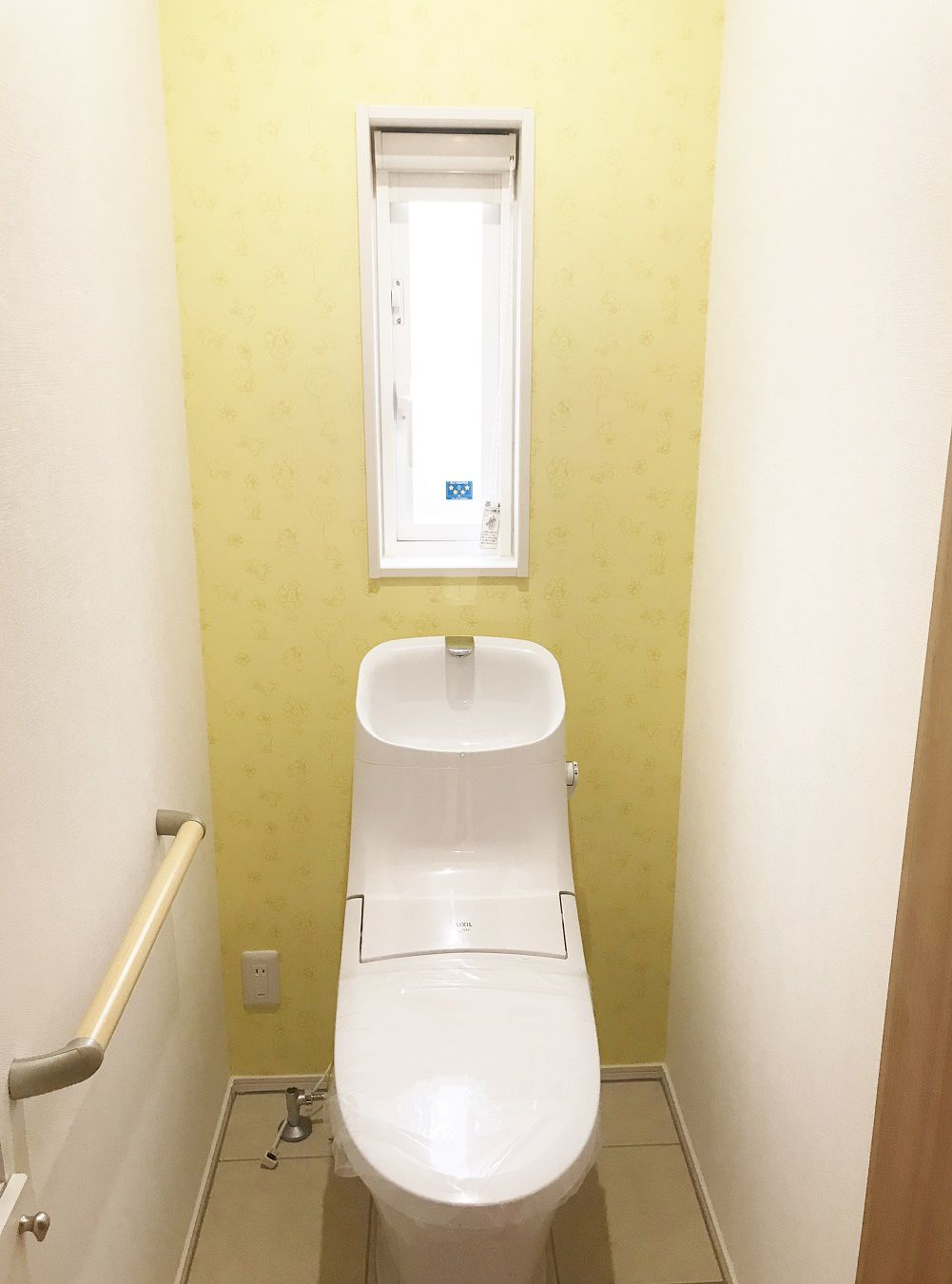 キッチンのシンク中も黄色でしたが、トイレの壁紙も黄色をチョイス。水廻りを黄色にすると、明るさや清潔感があって、運気もあがりそうですね!