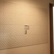 光と陰で陰影が素敵なデザインパネルを採用しました。玄関の匂いや湿気なども取ってくれる性能も兼ね備えた装飾です。