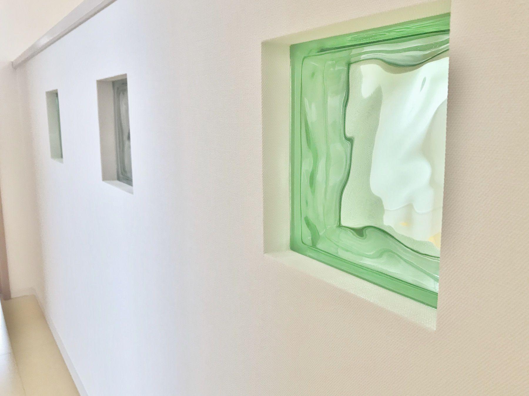 リビングから吹き抜けを見上げると、お施主様が持参された緑と透明のガラスブロックが見えます。そこに太陽の光が差し込むと反射して、とっても素敵な空間になります。どこかに1つはこういう持参されたものでお造りになられるのもいいですね。