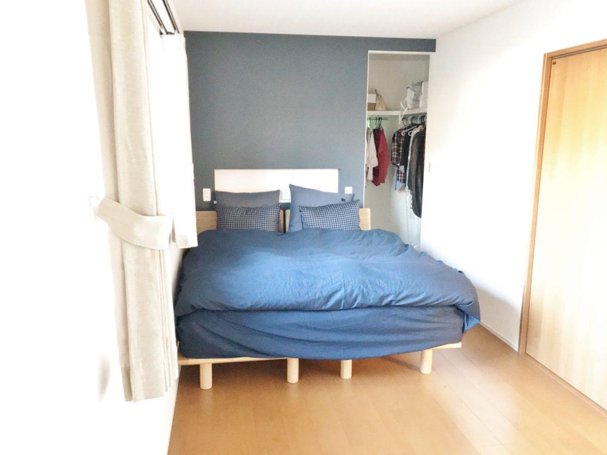 ベッドの大きさや高さに合わせて、携帯や目覚ましが置けるニッチを作りました。またベッドの色に合わせて壁紙もチョイスしました。