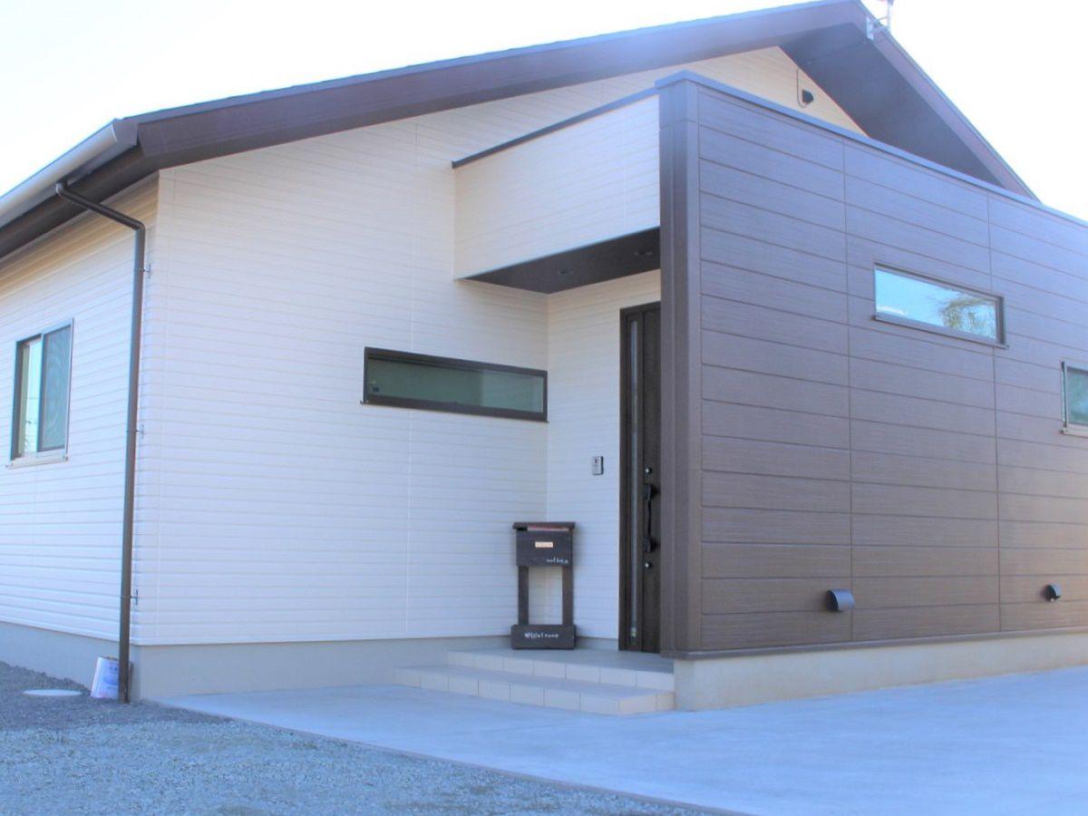 大きな切妻屋根がかっこよく、玄関部分にはアクセントカラーを入れてさらにかっこよく仕上がっています。