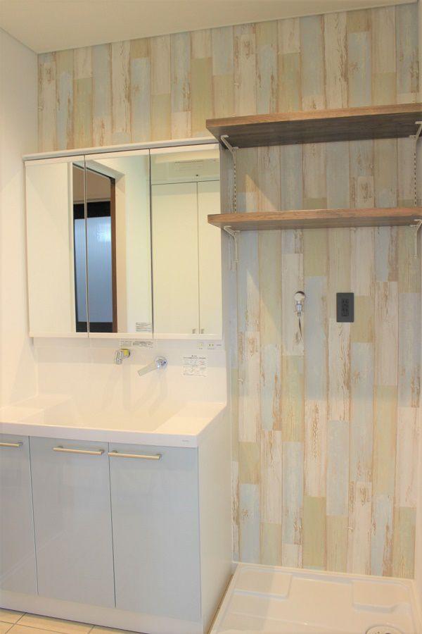 洗面器の裏の壁紙にはお洒落な木目を採用しました。とてもかわいらしい雰囲気になりました。