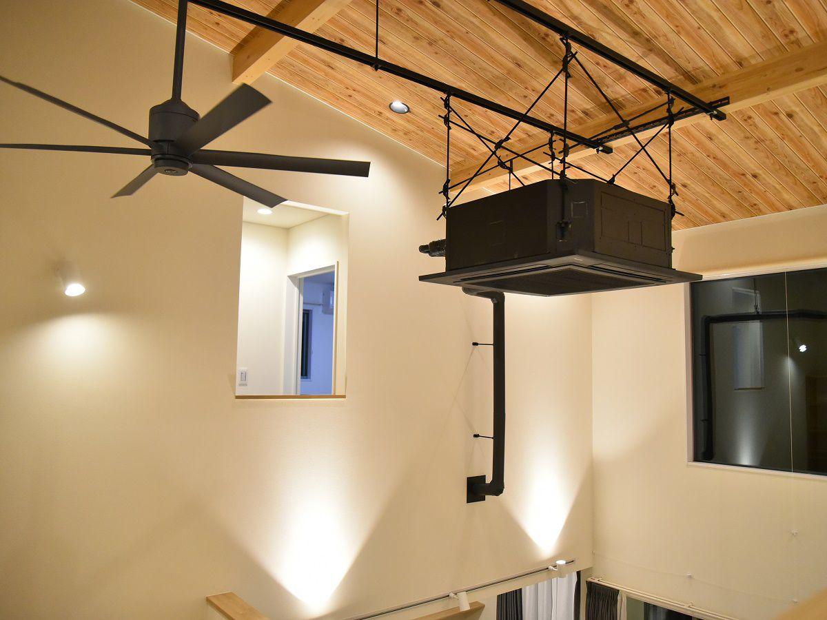 リビングの吹き抜けの天井には、大きなエアコンとファンを設置。お施主様のこだわり抜いたアイアン風に仕上げるために真っ黒に塗装を施しました。大きなファンは、空気の流れを作るためお洒落なだけでなくとても機能的ですね。
