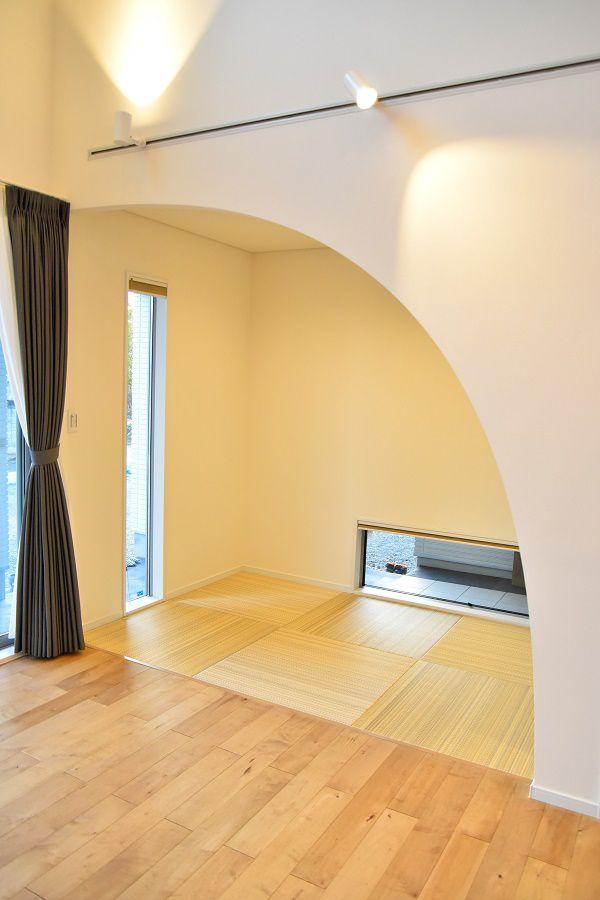 リビングから続く3畳の畳コーナー。アーチ状にした下がり壁がアクセントになり部屋全体の雰囲気がお洒落に仕上がっています。