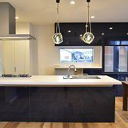 コンロの前をガラスにしてキッチンに立っているときも家族の姿が確認できる開放的なキッチンです。
