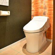 一階のトイレは、床はタイルで仕上げ、壁にはインパクトのある壁紙を張り上げました。