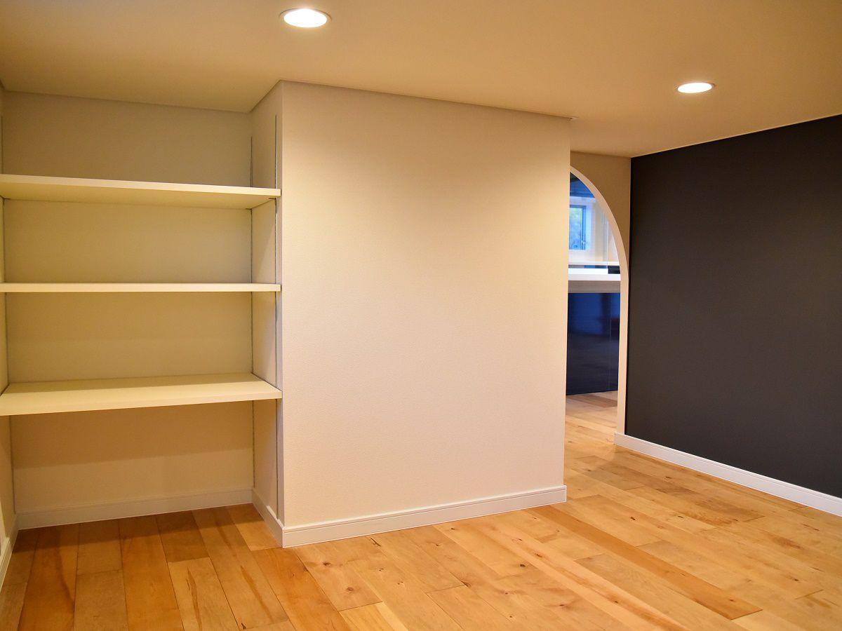 中二階の下は天井がちょっと低めのスペースに。壁にお子さまがお絵かき出来る様、お絵かき用の壁紙を採用しました。