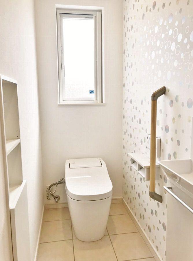 トイレのアクセントクロスが可愛く、明るい気分になれそうなトイレです。