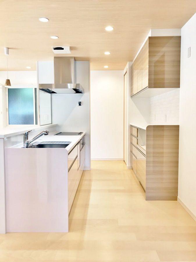 和室から見たキッチンのアングル。実は奥様の好きなうっすらとしたピンク色です。お客様からは見えない、自分だけのキッチンです。