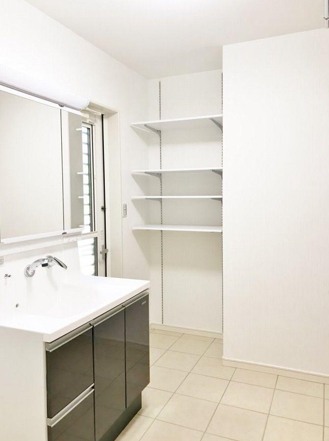 脱衣場には収納スペースや乾燥スペースを設けました。