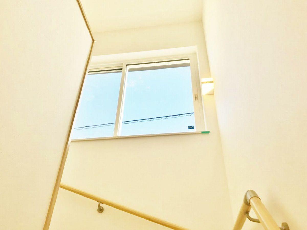 階段の窓から青空が望めて気持ちがいい。ここから松江城も見えます。