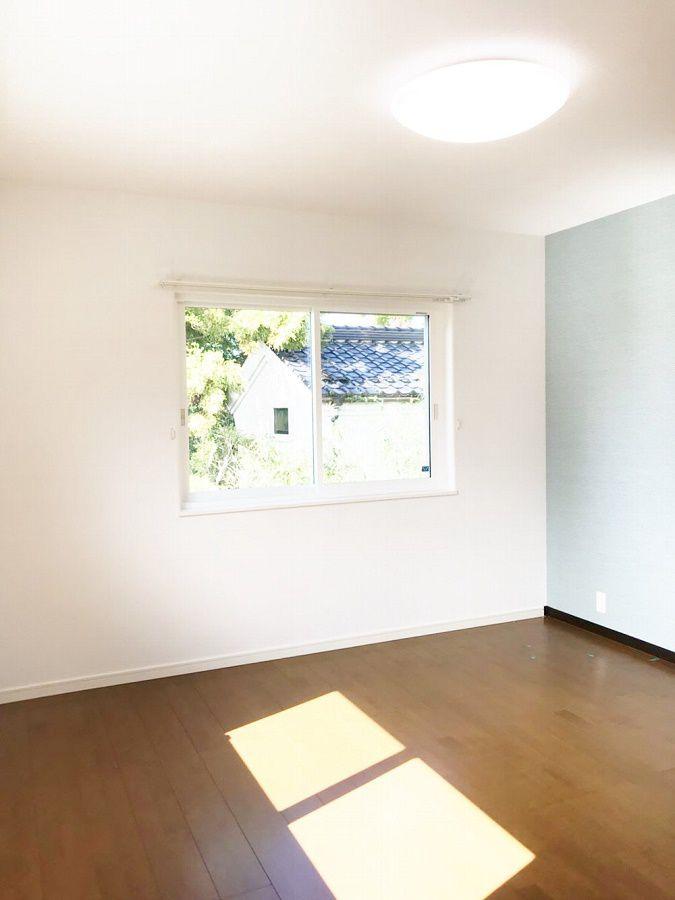 寝室は床色をダーク色にしました。 アクセントのブルーが映えます。WICもしっかりとあるのが嬉しいですね。