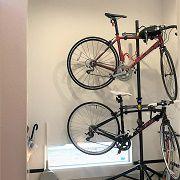 玄関の框にあえて斜めの部分をつくる事によって玄関を広々と確保しています。ご夫婦二人共ロードバイクがご趣味で玄関に入ったらお二人の格好いいロードバイク2台が出迎えてくれます。