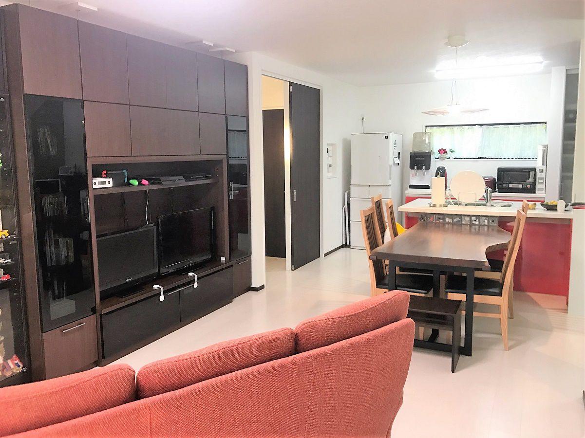 真っ白なフロア材と濃いブラウンの扉色で統一していてシンプルで格好いい仕上がりになっています。またそれに合わせて家具関係の色も合わせてセレクトされています。