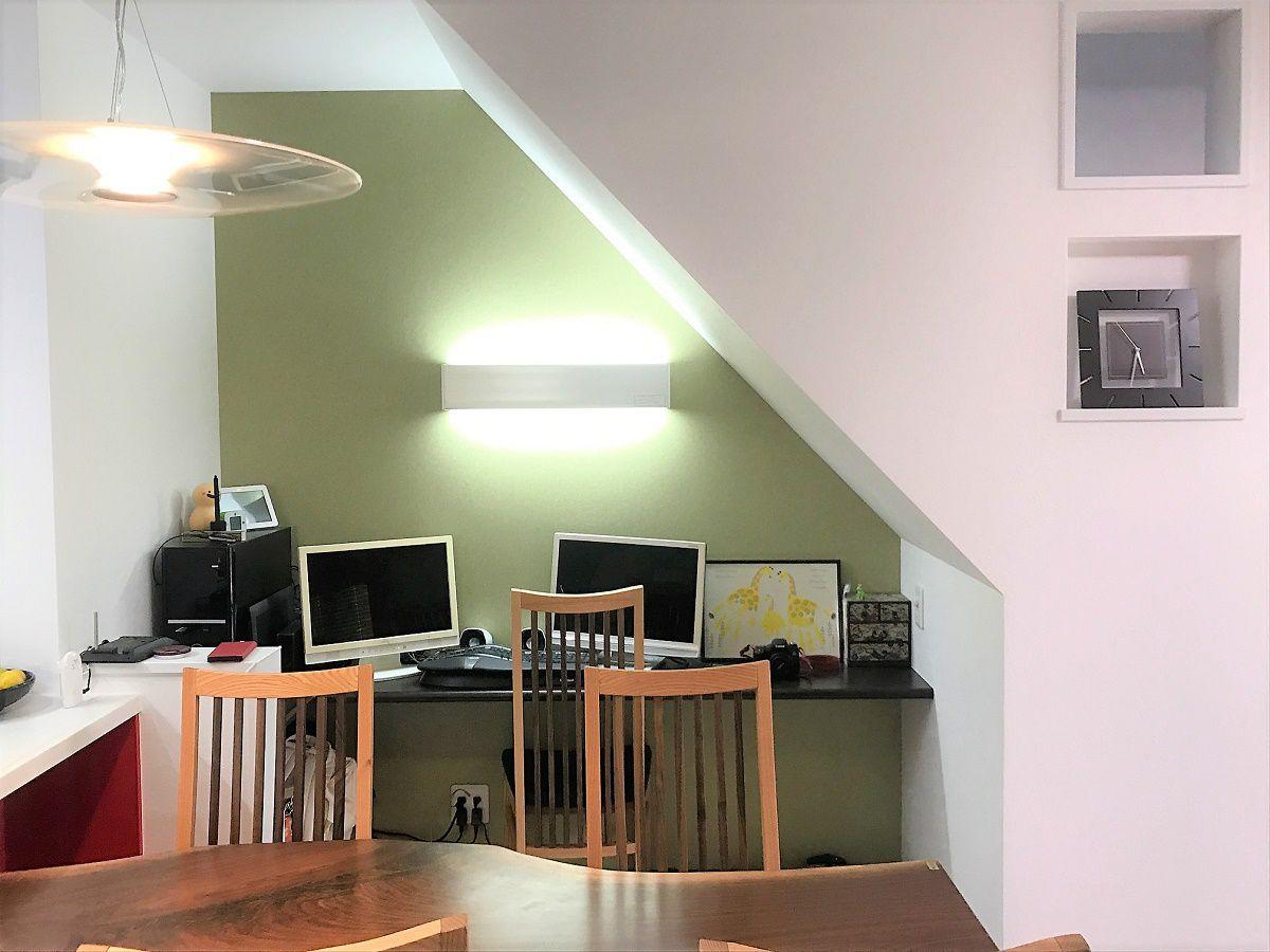 ご夫婦で頻繁にパソコンを使われるという事でリビングの一角、階段下のスペースを利用したパソコンスペースをつくりました。お子様はまだ小さいのでパソコンをしている間も目が行き届いて安心です。
