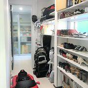 キッチンから玄関にかけてのホールに沢山の収納スペースを確保しています。玄関からお客様はすぐにLDKに行けるようにしておりますので、この動線はご家族専用の動線になります。大量のお買い物をして帰ってきたら、キッチンまでの間に荷物を全て収納してすぐに作業に取り掛かる事ができるようになっています。