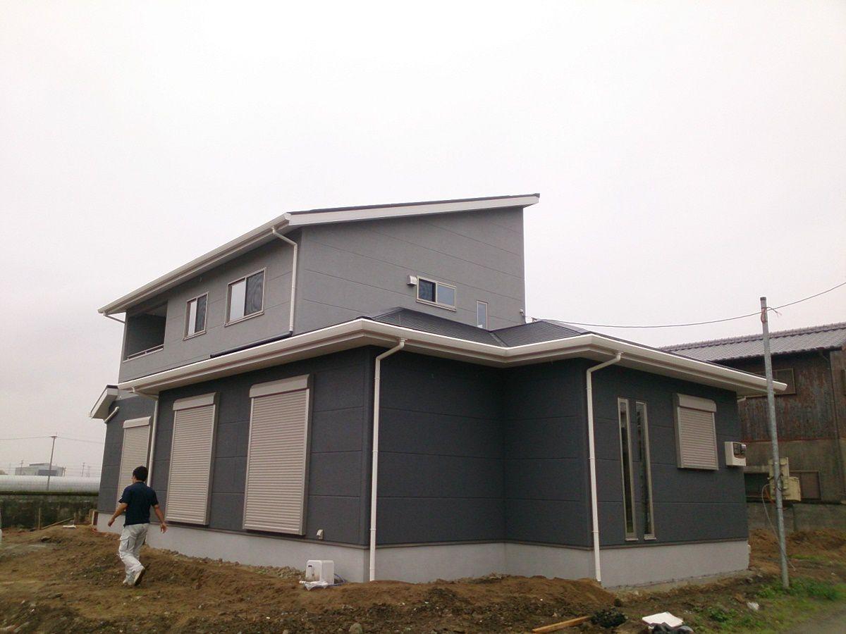 濃いグレーと薄いグレーのシンプルな色合いで仕上げました。屋根を片流れにして太陽光を8kw搭載させました。
