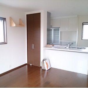 """キッチンは、デザイン性もあり、そしてコンロ周りの目隠しがある""""セミフラット""""タイプを採用されました。コンロ前の壁のダイニング側には奥行を活かして、収納スペースをつくっています。"""