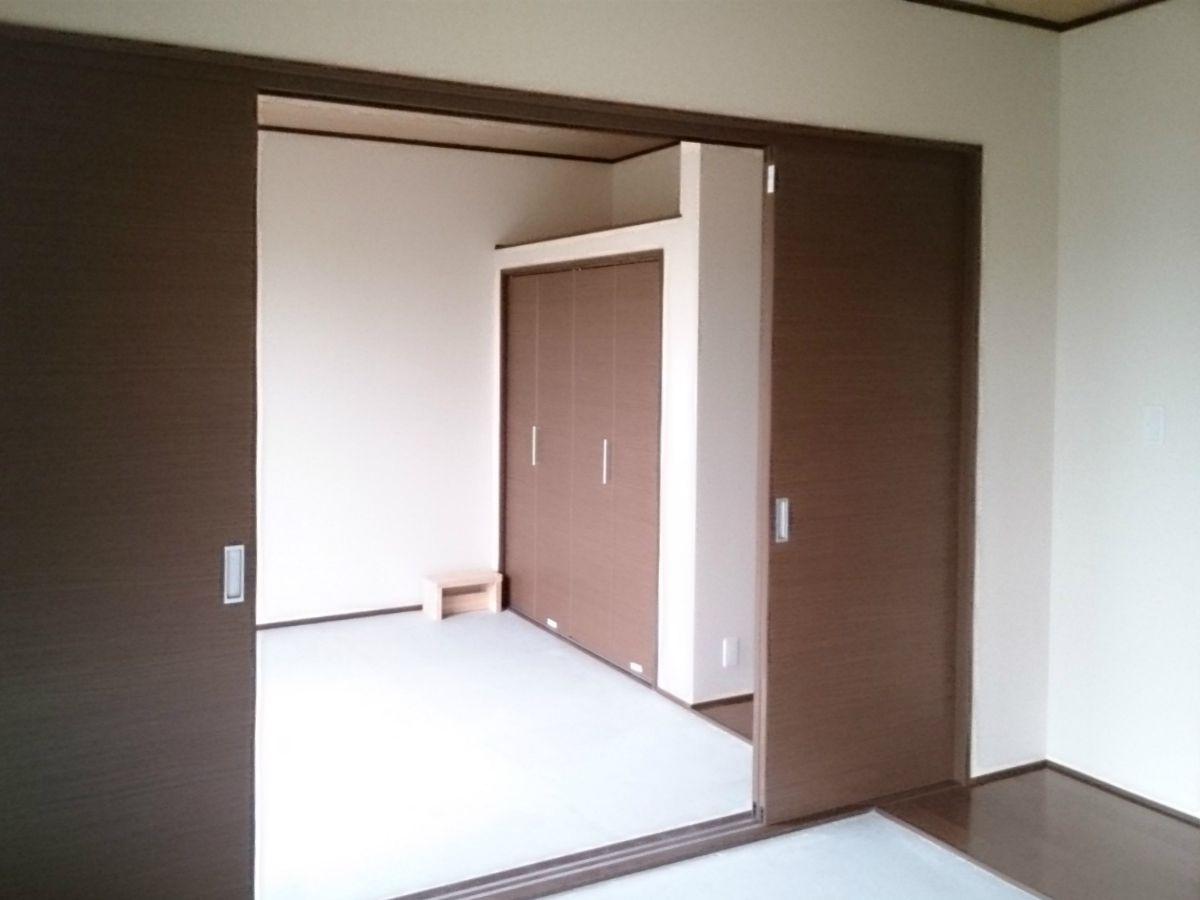 ご親戚が集まる機会が多い事を考慮して、和室を2間続きでつくっています。建替え前のお家にあったお仏壇がそのまま、置けるように仏間スペースも余裕ある広さを確保し、床柱を付けて趣ある仕上りになりました。