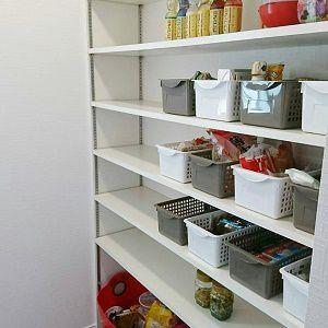 キッチンスペースの奥には、広いパントリースペースを作りましたキッチン奥になりますので、お客様からの視線も気になりません。