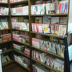 奥様のマンガ本をホールの空きスペースを使って、収納しました。そこが書斎スペースとなり、暖簾を付ける事で完全に独立したお部屋になってます。