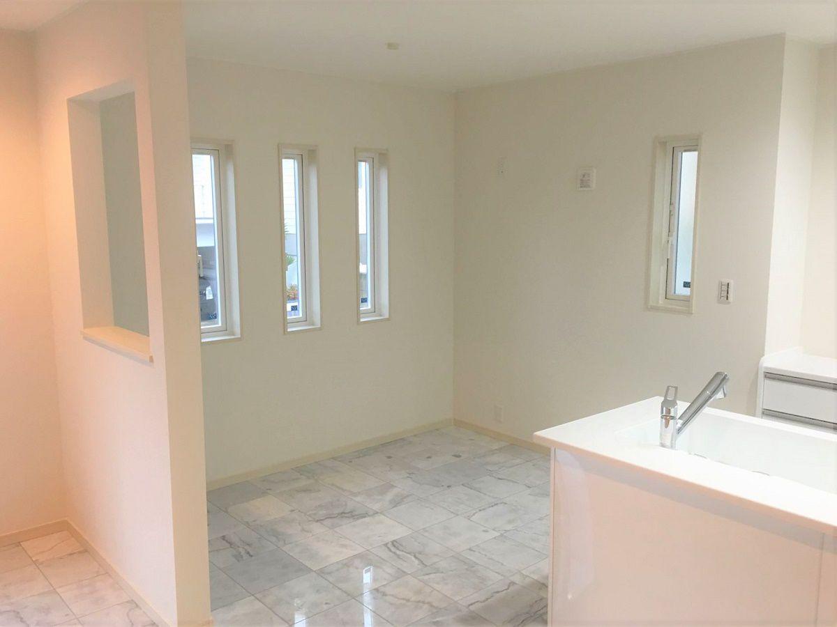 キッチン隣のダイニングはリビングと壁で仕切られているので食事をするスペースはリビングから丸見えにならない作りになっています。