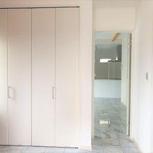 広い玄関の目の前には大きな扉があります。可動棚なので靴はもちろん、それ以外の小物類も収納出来る大きさ。右側にもシューズクロークがあるので玄関周りはいつもキレイに使えます。