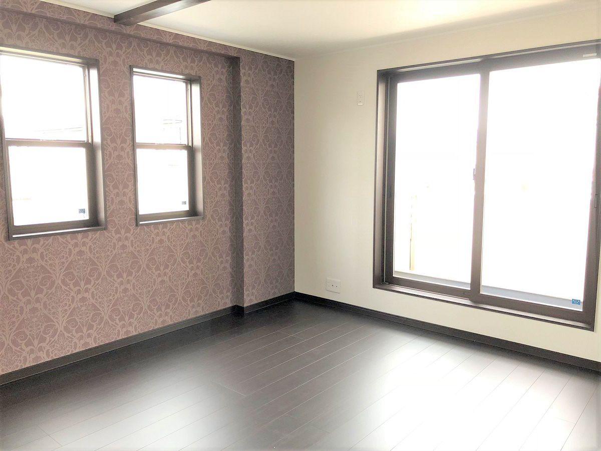 主寝室は落ち着いたブラウンカラーを基調とした部屋になっています。アクセントクロスと天井の梁がポイントです。