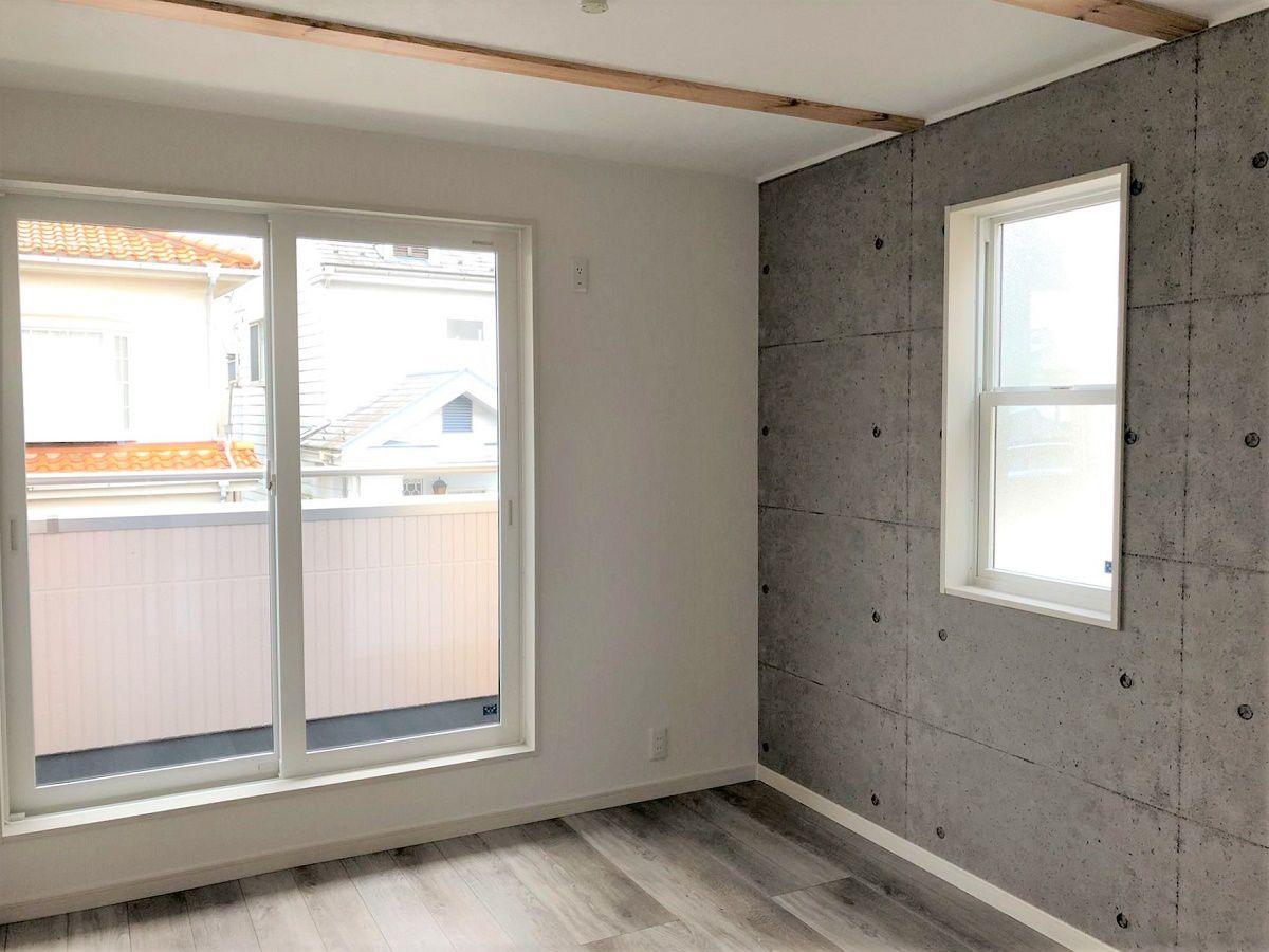 男の子のお部屋はコンクリート打ちっ放し風のアクセントクロス。クールな印象のお部屋になりました。