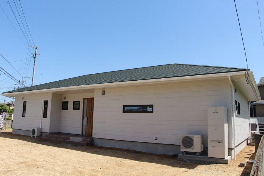 シンプルな寄棟ですが、地域独特の軒を伸ばして夏の暑い日の直射日光を遮るお住まいです。