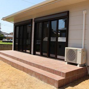 リビング、土間、テラスのつながりのある空間。洗濯を内・外部に干すのも便利です。